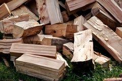 Un mucchio dei ceppi tagliati della legna da ardere pronti per l'inverno Tagli il legno del fuoco di ceppi Industria del legno du Immagini Stock