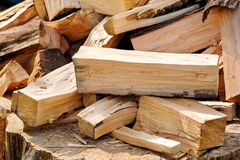 Un mucchio dei ceppi tagliati della legna da ardere pronti per l'inverno Tagli il legno del fuoco di ceppi Industria del legno du Fotografie Stock