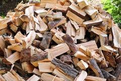 Un mucchio dei ceppi tagliati della legna da ardere pronti per l'inverno Tagli il legno del fuoco di ceppi Industria del legno du Fotografia Stock Libera da Diritti
