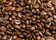 Un mucchio dei chicchi di caffè immagini stock libere da diritti