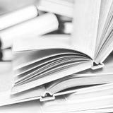 Un mucchio dei libri aperti Fotografie Stock Libere da Diritti