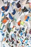 Un mucchio dei libri che pendono dal soffitto Fotografie Stock
