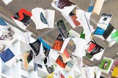 Un mucchio dei libri che pendono dal soffitto Fotografia Stock