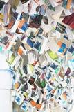 Un mucchio dei libri che pendono dal soffitto Immagine Stock