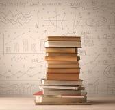Un mucchio dei libri con le formule di per la matematica scritte nello stile di scarabocchio Immagini Stock Libere da Diritti