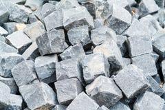 Un mucchio dei pezzi elaborati di granito ha preparato per lavoro sul pavin Immagine Stock
