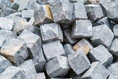 Un mucchio dei pezzi elaborati di granito ha preparato per lavoro sul pavin Fotografia Stock
