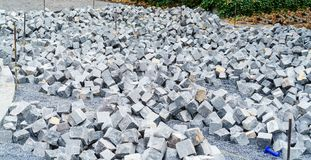 Un mucchio dei pezzi elaborati di granito ha preparato per lavoro sul pavin Immagini Stock Libere da Diritti