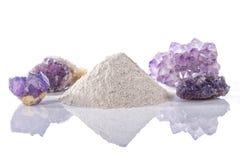 Un mucchio del longarone elaborato della polvere del fluoro circondato dalle pietre minerali della fluorite immagini stock