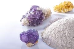 Un mucchio del longarone elaborato della polvere del fluoro circondato dalle pietre minerali della fluorite ha isolato fotografie stock libere da diritti