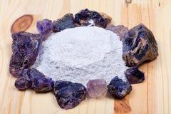 Un mucchio del longarone del fluoro circondato dalle pietre della fluorite fotografie stock