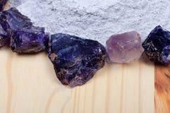 Un mucchio del longarone del fluoro circondato dalle pietre della fluorite immagini stock