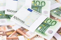 Un mucchio del primo piano di cinquanta e cento euro banconote fotografia stock libera da diritti