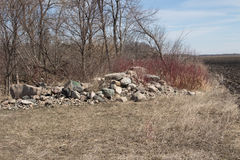 Un mucchio della roccia sull'orlo di un campo dell'azienda agricola Fotografie Stock Libere da Diritti