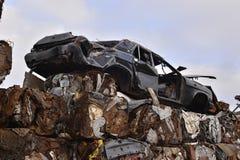 Un mucchio delle automobili compresse in blocchi per elaborare fotografie stock