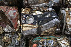 Un mucchio delle automobili compresse in blocchi per elaborare fotografia stock