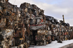 Un mucchio delle automobili compresse in blocchi per elaborare fotografie stock libere da diritti