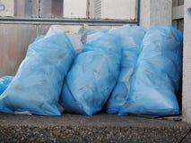 Un mucchio delle borse di immondizia piene in uno scarico Fotografia Stock Libera da Diritti
