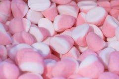 Un mucchio delle caramelle bicolori e bianche rosa Immagini Stock Libere da Diritti