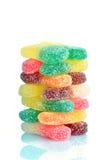 Un mucchio delle caramelle della gelatina su un fondo bianco Fotografia Stock