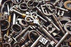 Un mucchio delle chiavi antiche Fotografie Stock Libere da Diritti