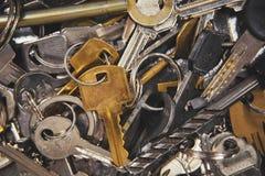 Un mucchio delle forme differenti e dei colori di vecchie chiavi Immagini Stock Libere da Diritti