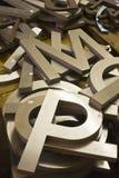 Un mucchio delle lettere di alfabeto da vendere fotografie stock