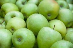 Un mucchio delle mele verdi Immagini Stock Libere da Diritti