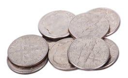 Mucchio isolato delle monete da dieci centesimi di dollaro degli Stati Uniti Immagine Stock