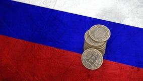 Un mucchio delle monete di Bitcoin sta sulla bandiera della Russia 3d rendono illustrazione di stock