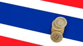 Un mucchio delle monete di Bitcoin sta sulla bandiera della Tailandia 3d rendono royalty illustrazione gratis