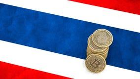 Un mucchio delle monete di Bitcoin sta sulla bandiera della Tailandia 3d rendono illustrazione di stock
