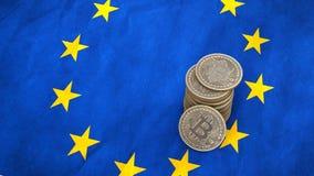 Un mucchio delle monete di Bitcoin sta sulla bandiera di Unione Europea 3d rendono royalty illustrazione gratis