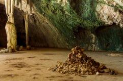 Un mucchio delle pietre in caverna di Phraya Nakhon thailand immagine stock