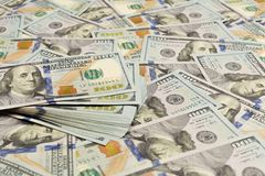 Un mucchio di cento banconote degli Stati Uniti con i ritratti di presidente I contanti di cento banconote in dollari, immagine d immagini stock