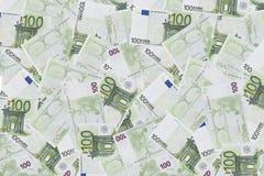 Un mucchio di cento euro banconote isolate su fondo bianco Immagini Stock Libere da Diritti