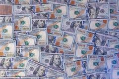 Un mucchio di cento fatture del dollaro Fotografie Stock Libere da Diritti