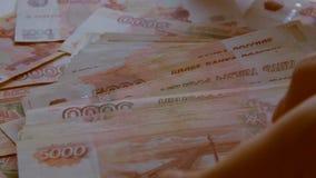Un mucchio di cinque mila rubli russe stock footage