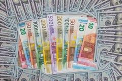 un mucchio di due valute principali - le banconote dell'euro e del dollaro americano Immagini Stock