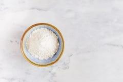 Un mucchio di farina bianca in ciotola Fotografie Stock Libere da Diritti