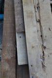 Un mucchio di legno del residuo con la sporgenza arrugginita immagini stock