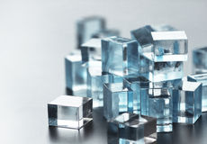 Un mucchio di molti pochi cubi di vetro Immagini Stock