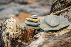 Un mucchio di pietra su un tronco di albero fotografia stock libera da diritti