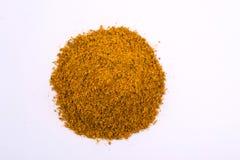 Un mucchio di un preparato giallo della spezia per Kari Isolato su priorità bassa bianca Fotografia Stock Libera da Diritti