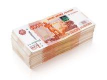 Un mucchio di 5000 rubli russe di banconote su bianco Immagine Stock
