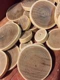 Un mucchio di taglio del legno sottile con l'anello Immagini Stock
