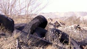 Un mucchio di vecchie gomme di gomma marcie archivi video