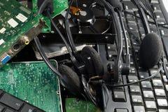 Un mucchio di vecchie parti del computer: tastiere, disco rigido, cuffie, fotografie stock