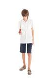 Un muchacho adolescente con un teléfono móvil Imagen de archivo libre de regalías