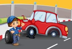 Un muchacho cerca del accidente de tráfico en el camino Foto de archivo libre de regalías